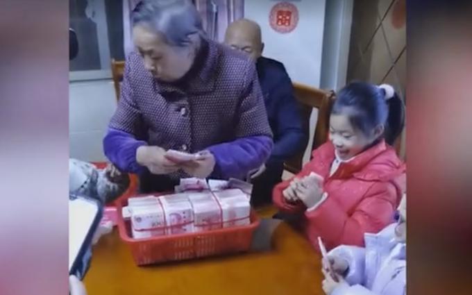 霸气外婆用筐装80万给大家发红包,网友:怎么不是我的外婆!