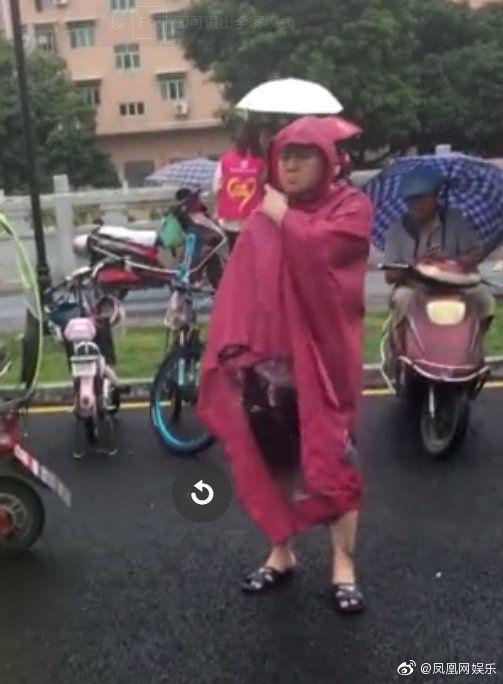 岳云鹏接孩子放学 岳云鹏为老婆庆生