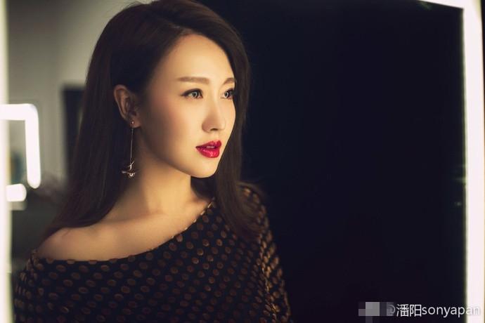 潘长江女儿潘阳晒美照  优雅不失气质!