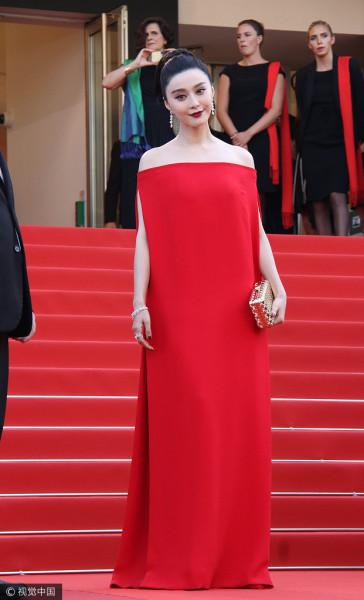 范冰冰穿红色一字肩长裙 深红唇色显古典美!范冰冰