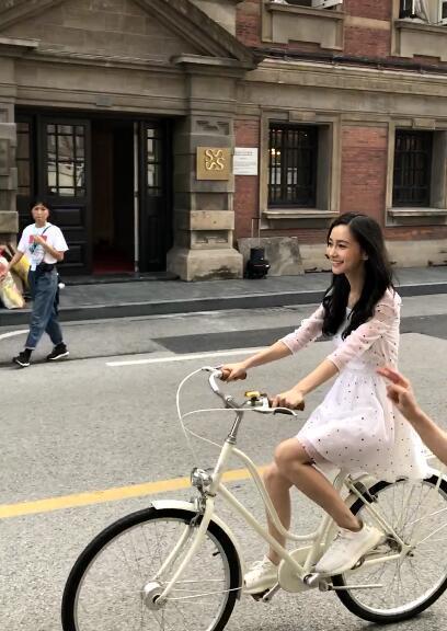 网友偶遇Baby骑车  Angelababy昔日写真曝光!