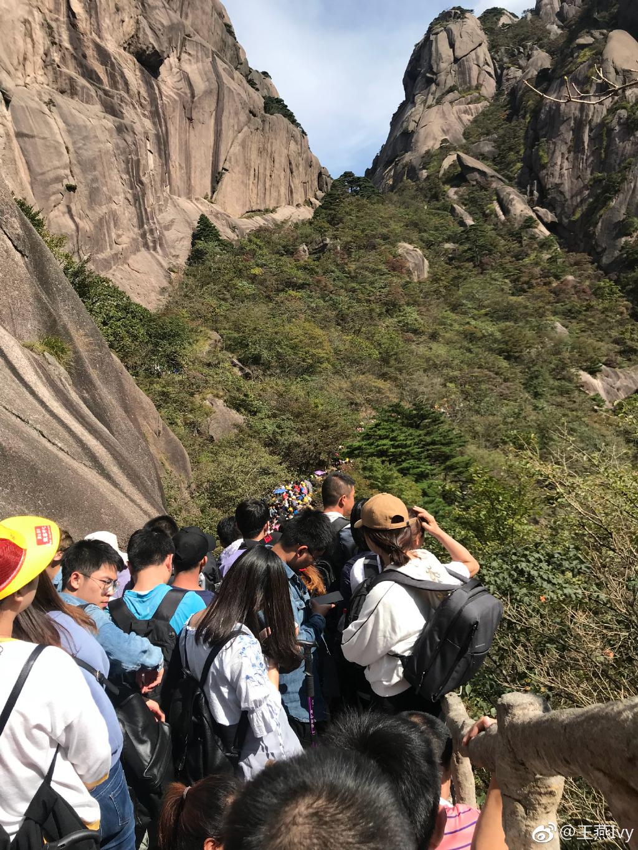 游客堵在黄山,全天万人进山!