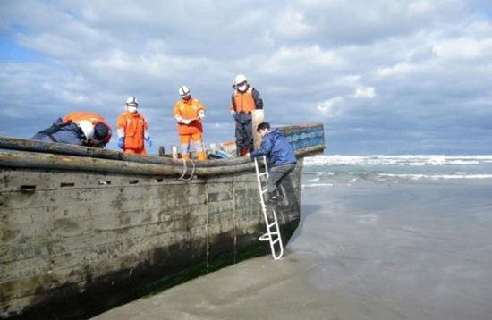日本海岸再现幽灵船  幽灵船漂至日本