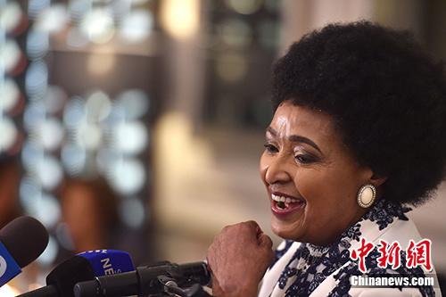 南非民众送别国母   享年81岁