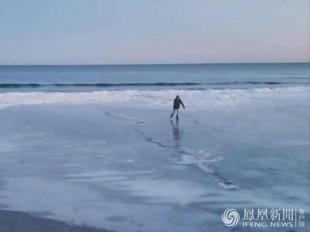 美国沙滩变溜冰场 引围观