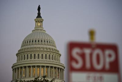 美国政府正式关门 美国民众为何不怕?