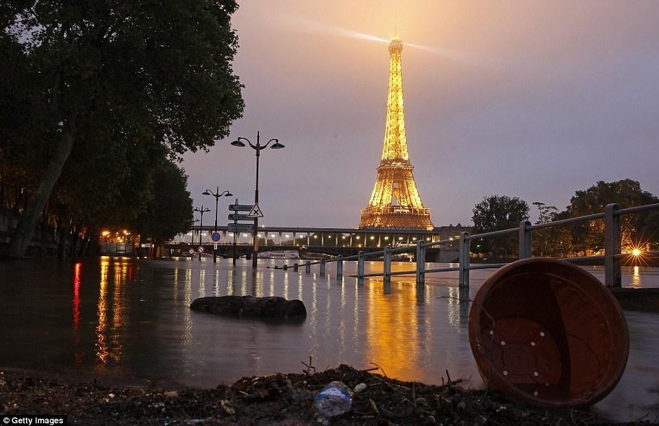 暴风雨席卷巴黎  埃菲尔铁塔遭雷劈!
