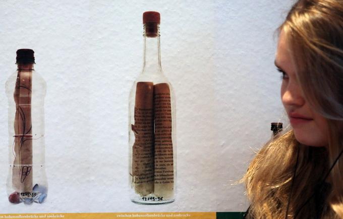 女子捡古老漂流瓶 奇迹!