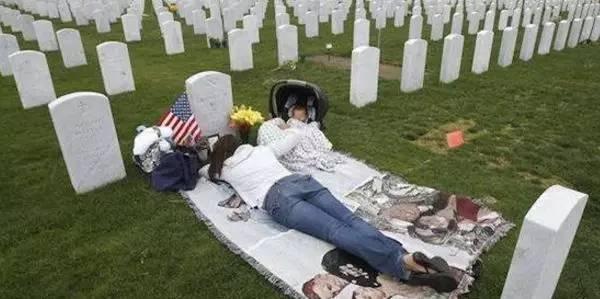 女子带孩子睡坟墓3年