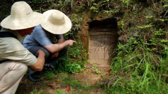 深山发现奇怪木门 打开后惊人