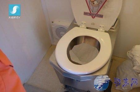厕所不用水冲用火  长知识了