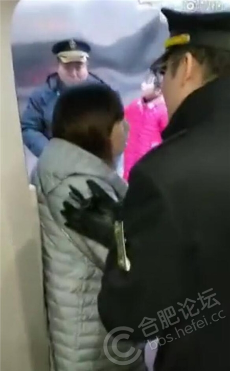 女子挡门强行阻拦高铁发车 网友:把她踹下去