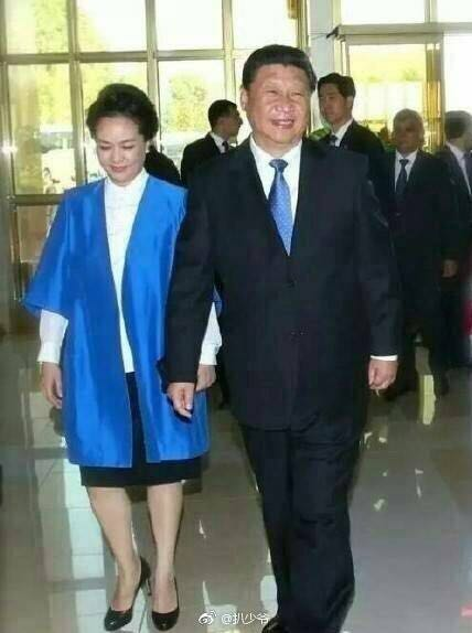 世上最浪漫的事,就是他的领带永远与她的时尚搭配