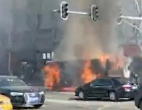 哈尔滨公交车自燃  乘客刚跑出2分钟车就炸了