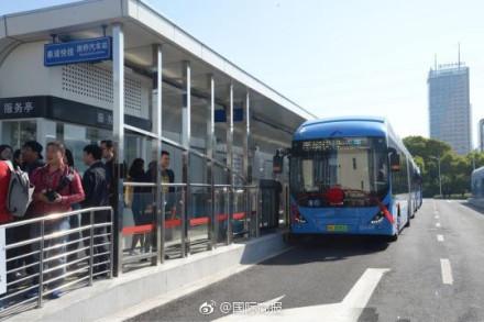 """上海首条BRT正式通车 """"零污染、零排放""""快速充电"""