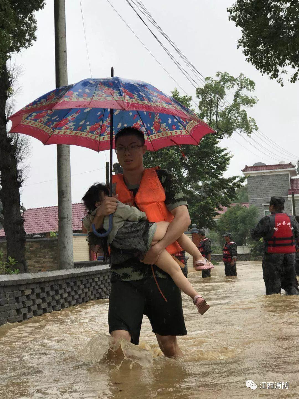 婴儿为战士撑伞  感动!