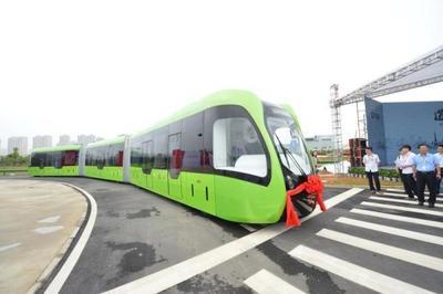 中国智轨列车运行  全球首例