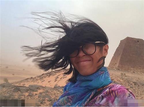 女孩遇沙尘暴被吹成火星人  一个人探索神奇金字塔!