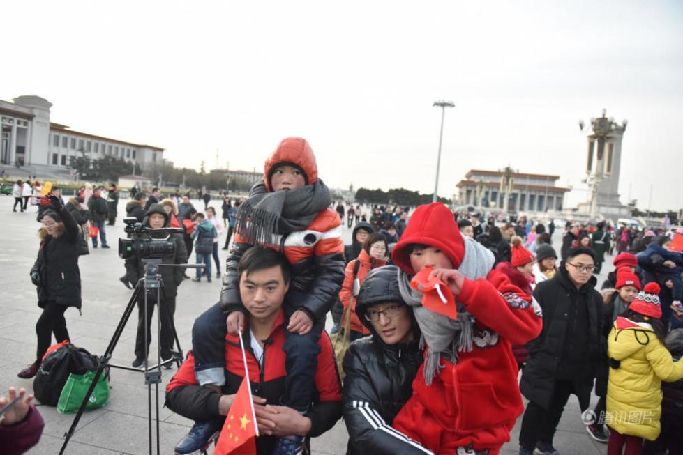 冰花男孩看升旗 圆北京梦