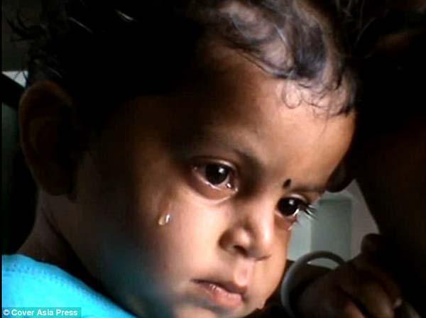 母亲身亡婴儿在旁哭泣喝奶 画面心酸!