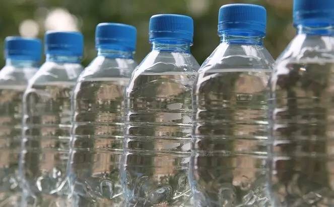 【喝8瓶矿泉水催吐致死】喝8瓶矿泉水催吐致死什么原因?