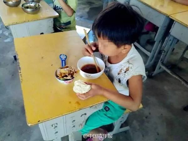 留守女童将菜打包给爷爷奶奶  自己拿馒头蘸汤吃!