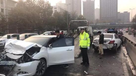 西安30多车连撞2人受伤  因市政洒水路面结冰