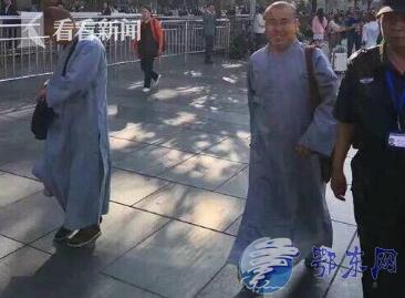两男子假冒僧人强行化缘 珠串硬塞旅客索财破灾称:民警不该难为出家人