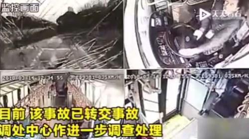 车内发生争吵 女子突然下车遭公交车撞飞