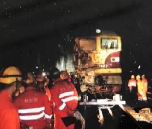 货车坠落砸中火车  无人员伤亡