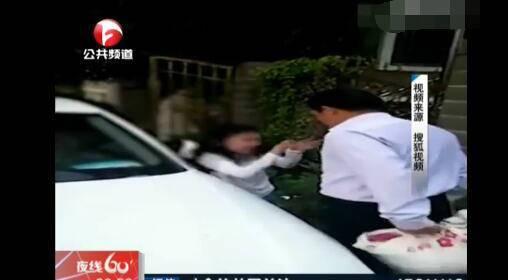 男子当街掌掴女儿  是亲生的?