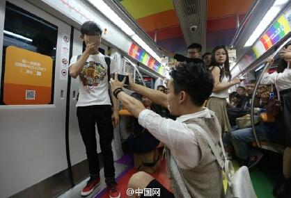 成都地铁惊现男男求婚  你怎么看?