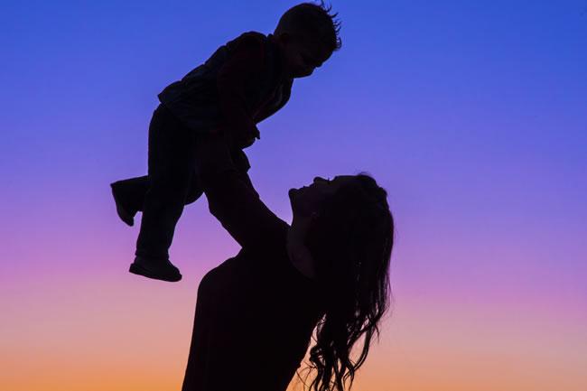 93厘米袖珍妈妈冒死剖腹  产下46厘米女婴