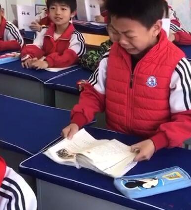 小学生读刘胡兰泣不成声 被称为史上最走心!