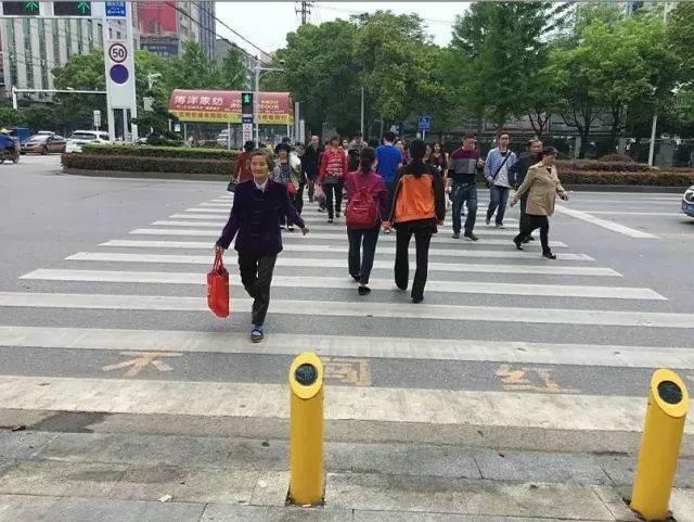 行人闯红灯遭水喷  专治中国式过马路