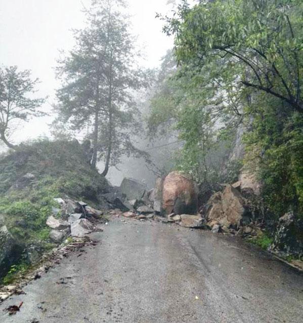 云南怒江山石滚落 已造成3人死亡7人受伤