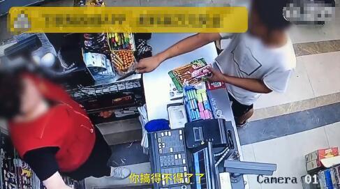 收银大姐吓懵劫匪 演电视?