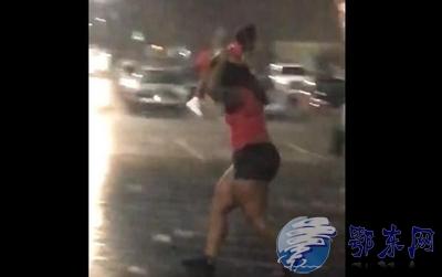高举小孩当伞挡雨  坑娃套路太深!