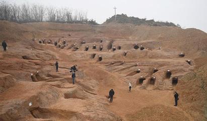 成都现大型崖墓群 规模较大