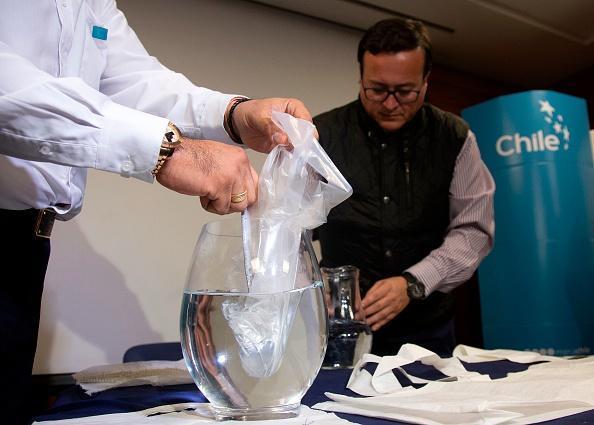 新型塑料袋溶于水 不可思议!