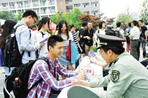 中国男性满18岁要兵役登记 兵役登记制度实行!