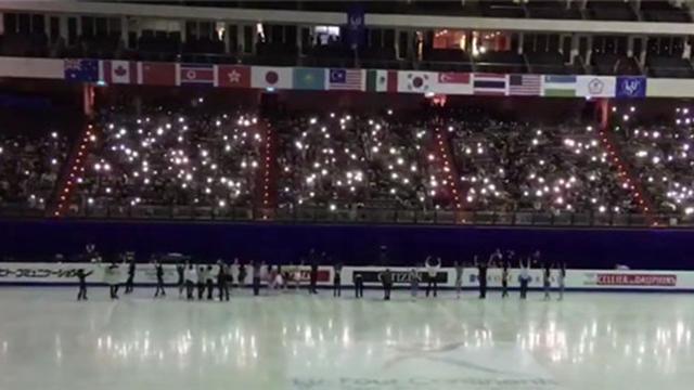 观众手机照亮赛场 暖哭