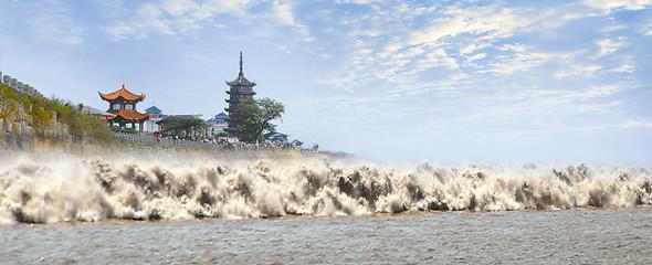钱江潮掀起十多米高巨浪  观潮节正式开幕!