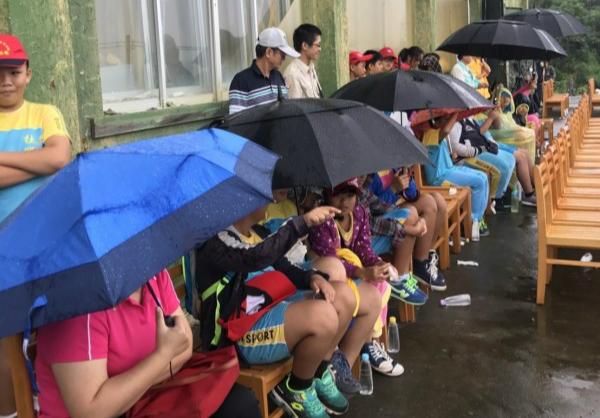 台湾发生枪击案2人死亡  民众冒雨欣赏台军演练!