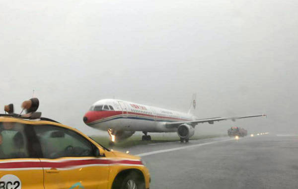 东航客机着陆时冲出跑道 暂未有人受伤!(画面)