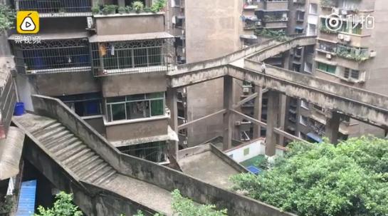 重庆再现魔性建筑 空中走廊和梯形篮球场!