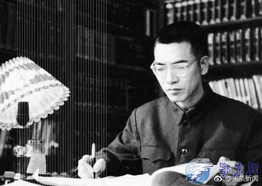 """缅怀""""痴人""""陈景润  被誉为""""摘取数学皇冠上明珠的人"""