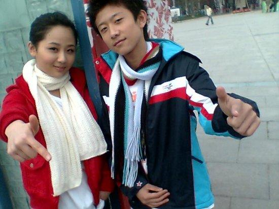 杨紫美国街头跳舞,网友:该吃药了!